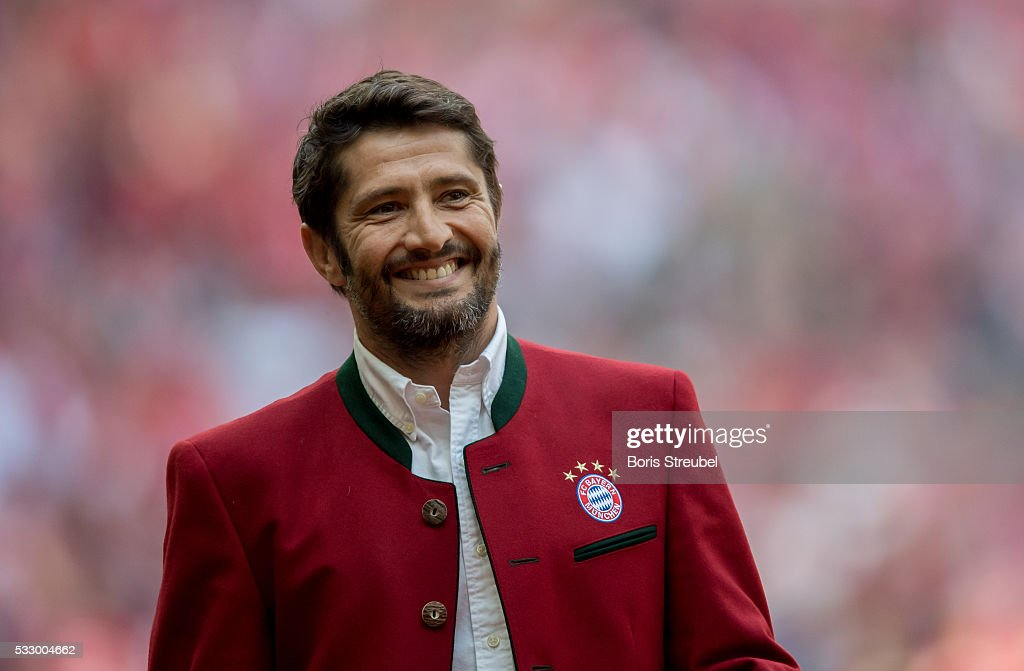 <a gi-track='captionPersonalityLinkClicked' href=/galleries/search?phrase=Bixente+Lizarazu&family=editorial&specificpeople=213089 ng-click='$event.stopPropagation()'>Bixente Lizarazu</a>, former player of Bayern Muenchen is introduced to the public prior to the Bundesliga match between FC Bayern Muenchen and Hannover 96 at Allianz Arena on May 14, 2016 in Munich, Germany.