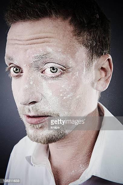 Bizzare-homme avec de la farine sur tout le visage