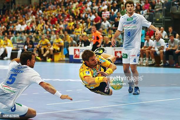 Bjarte Myrhol of RheinNeckar Loewen is challenged by Torsten Jansen of Hamburg during the DKB Handball Bundesliga match between RheinNeckar Loewen...