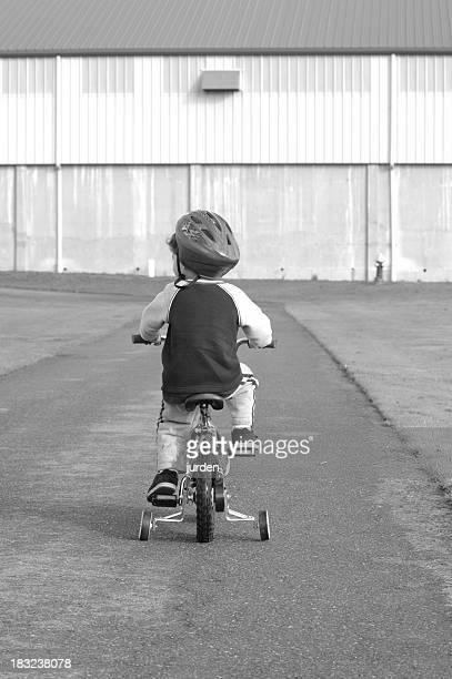 Bianco e nero ragazzo in bicicletta