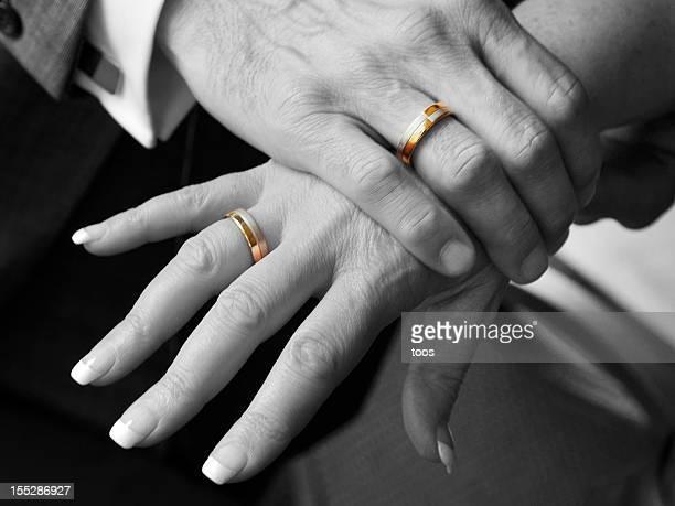 Schwarz und Weiß, Close-up Hände mit goldenen Hochzeit Ringe