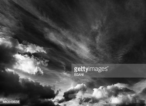 Paisagem com nuvens de fundo preto e branco : Foto de stock
