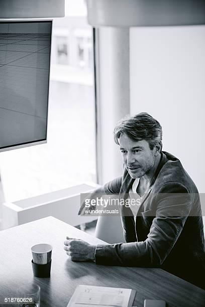 image noir et blanc d'un homme d'âge mûr assis Tableau de conférence
