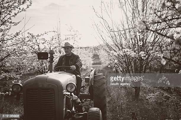 Schwarz und Weiß von Landwirt am Traktor