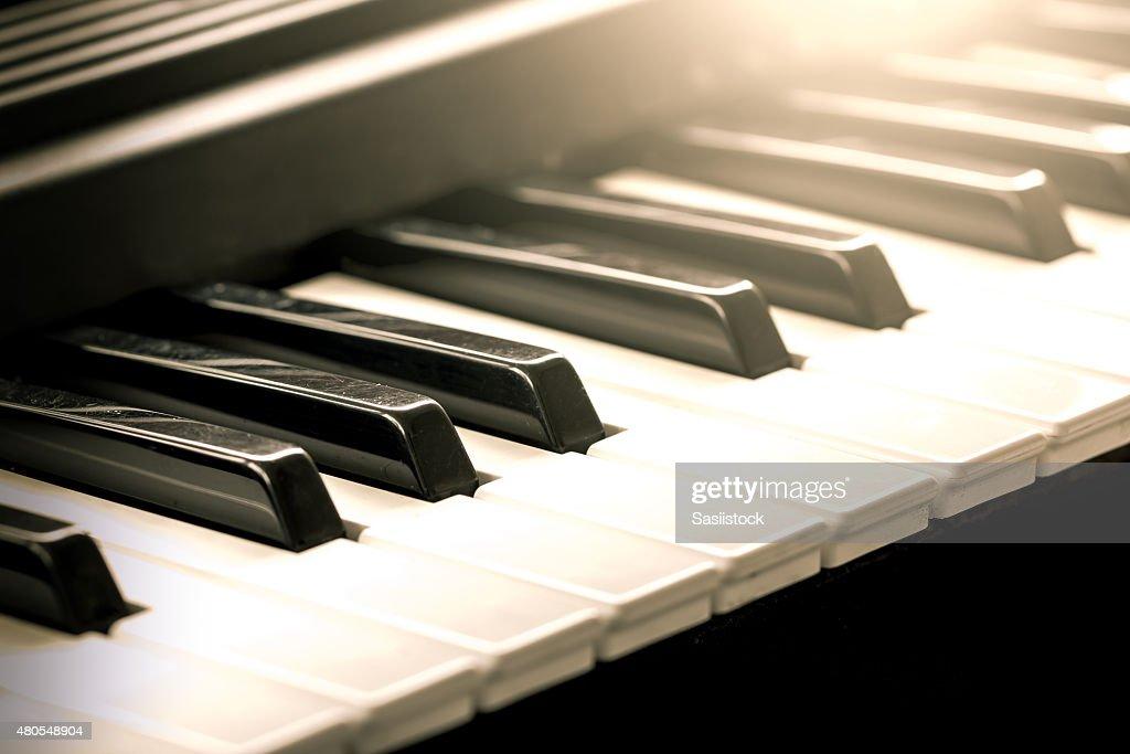 Preto e branco vintage piano teclas em tons de cores : Foto de stock