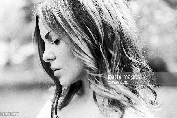 Noir et blanc portrait d'une belle femme