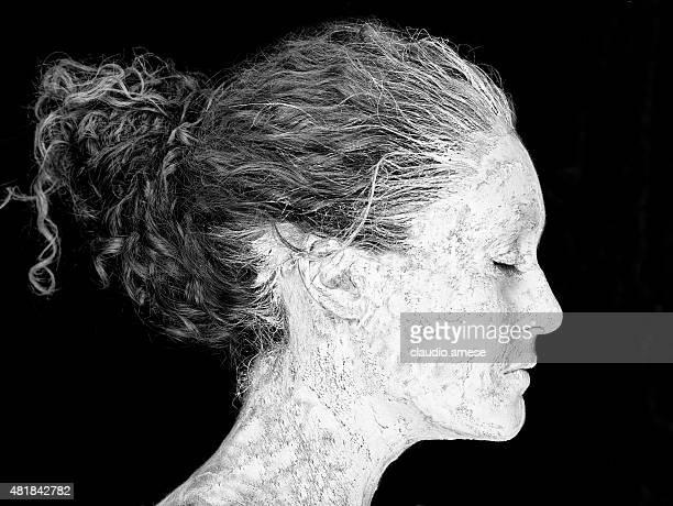 Noir et blanc portrait de femme avec de l'argile sur le visage