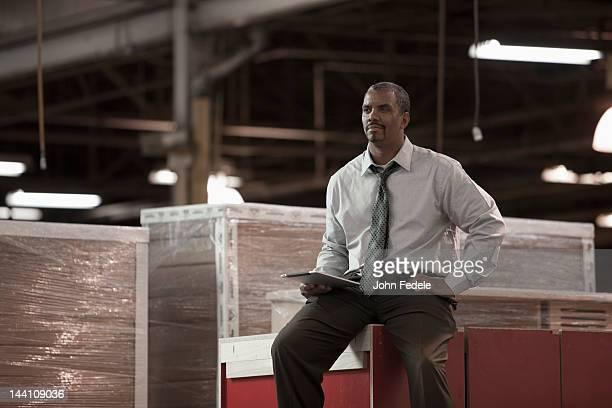 Noir Homme d'affaires travaillant dans un entrepôt