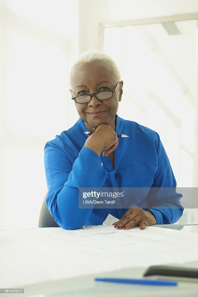Black businesswoman at desk : Stock Photo