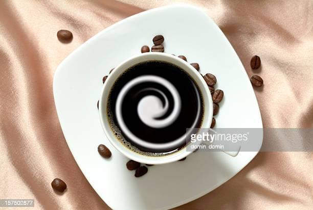 Café negro con crema en china cup, marrón fondo de satén
