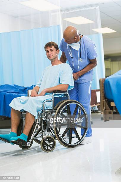 Black Arzt oder Krankenschwester mit Patienten im Rollstuhl