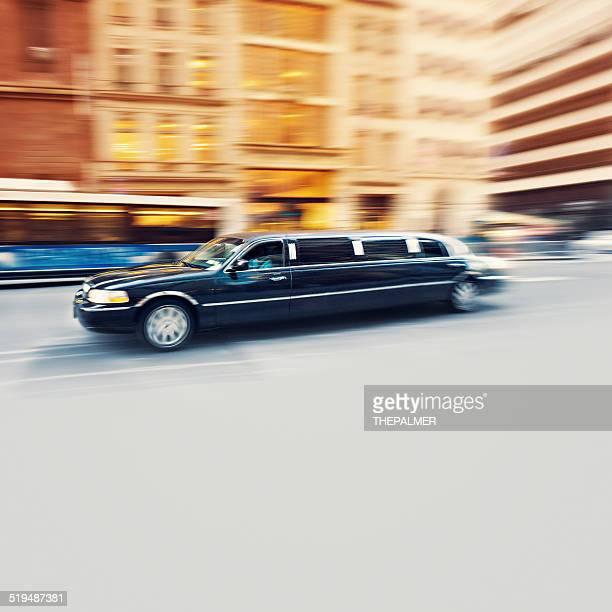 Negro limusina avanzado en la ciudad de Nueva York