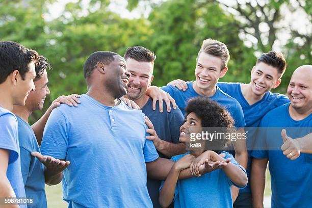 Homme noir en groupe se félicite dans le dos
