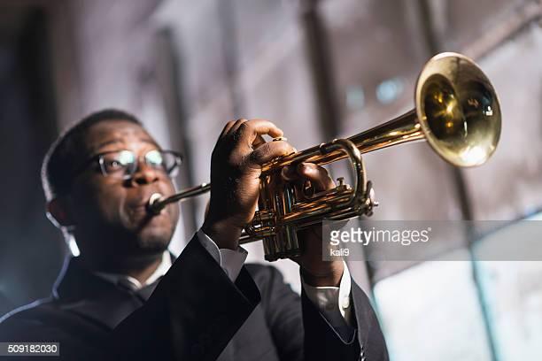 ブラックの男遊ぶトランペット