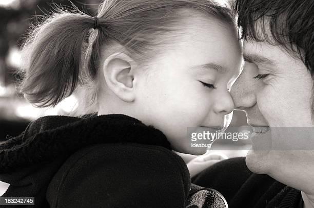 & imagen en blanco y negro de un momento y la hija de papá