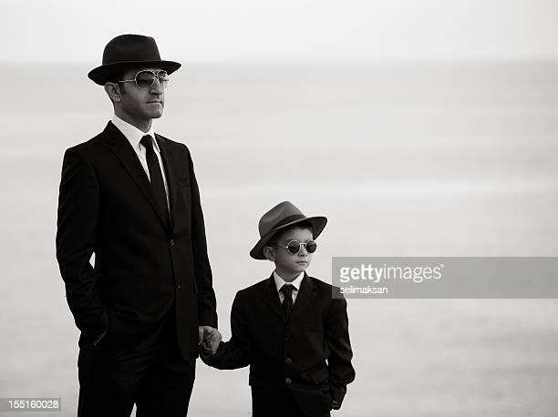 En blanco y negro Retrato de un padre y su hijo usando vestidos similares