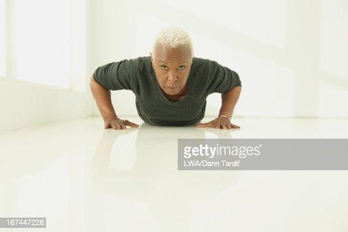 Black woman doing push ups : Stock Photo