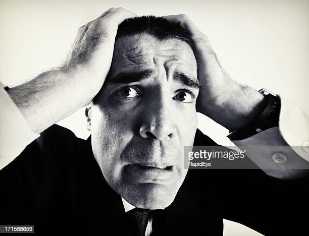 Noir-et-blanc image déformée de Terrifié Homme d'affaires de Grand angle objectif