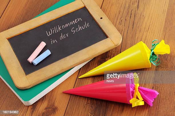 Tafel mit deutschen welcome to school Worte und Conical bag