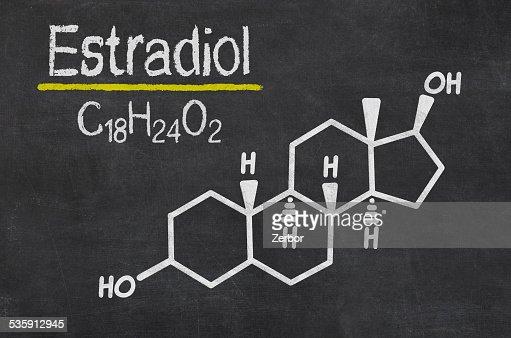 Pizarra con la fórmula química de estradiol : Foto de stock