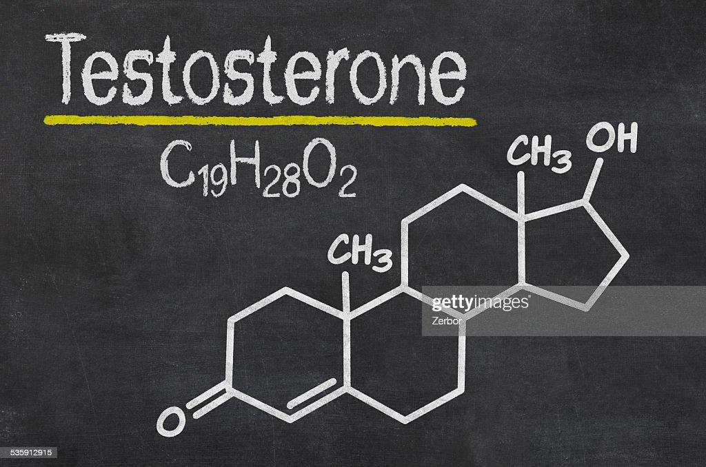 Pizarra con la fórmula química de la testosterona : Foto de stock