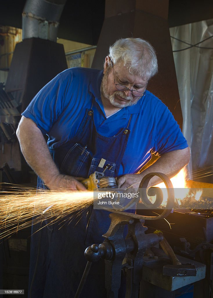 blacksmith grinding steel : Foto stock