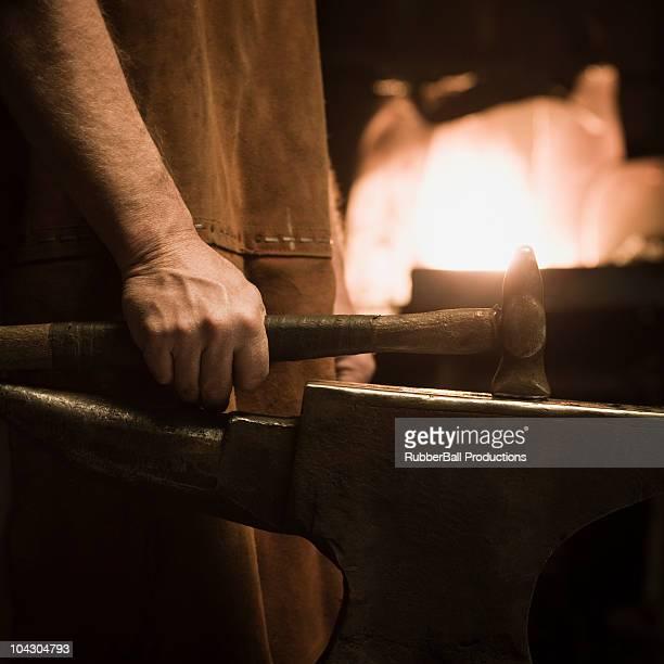 Schmied halten einen hammer