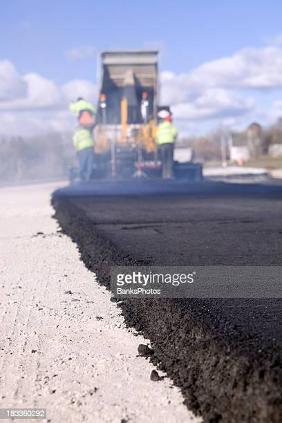 Blacktop 舗装道路で Paver とダンプカー