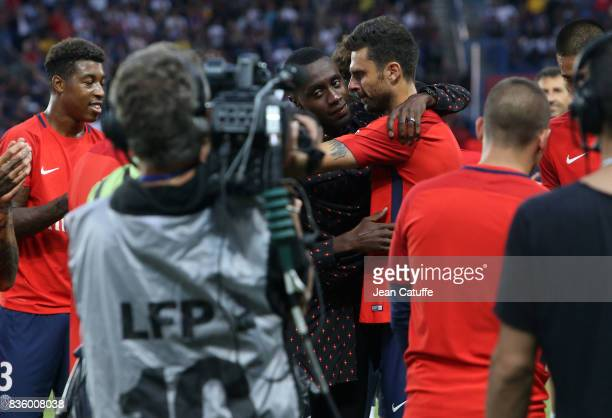 Blaise Matuidi who just left PSG for Juventus Turin is greeted by Thiago Motta and teammates before the French Ligue 1 match between Paris Saint...