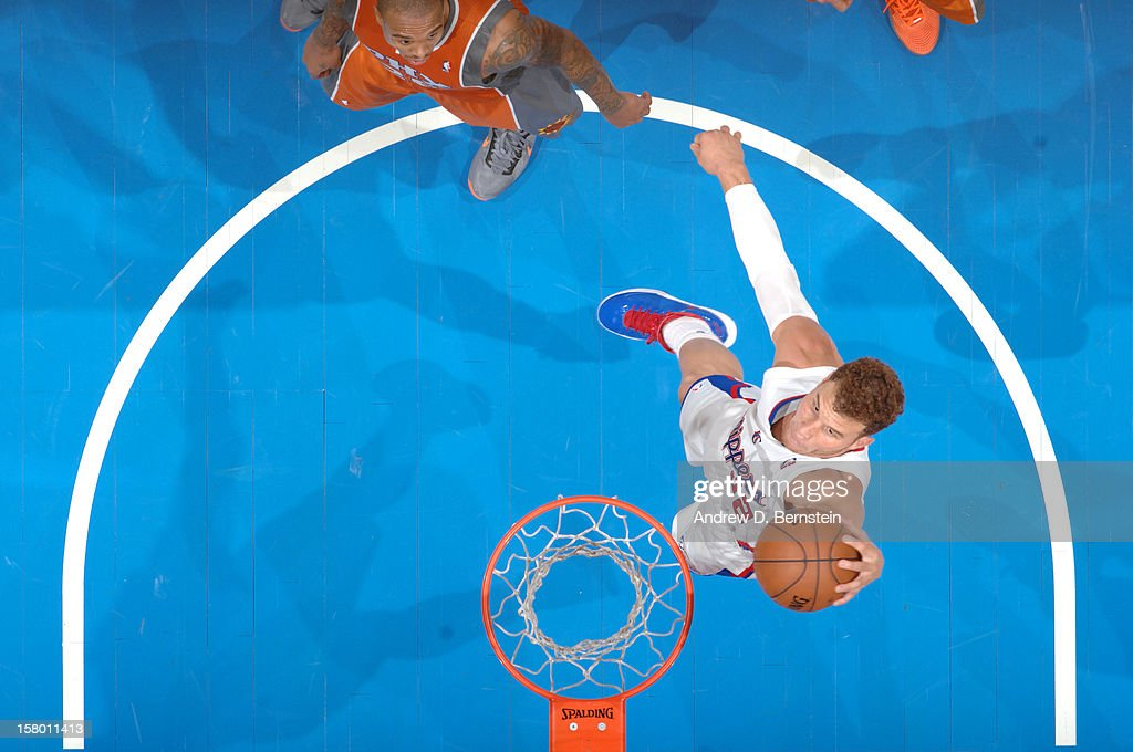 Blake Griffin #32 of the Los Angeles Clippers dunks the ball against the Phoenix Suns at Staples Center on December 8, 2012 in Los Angeles, California.