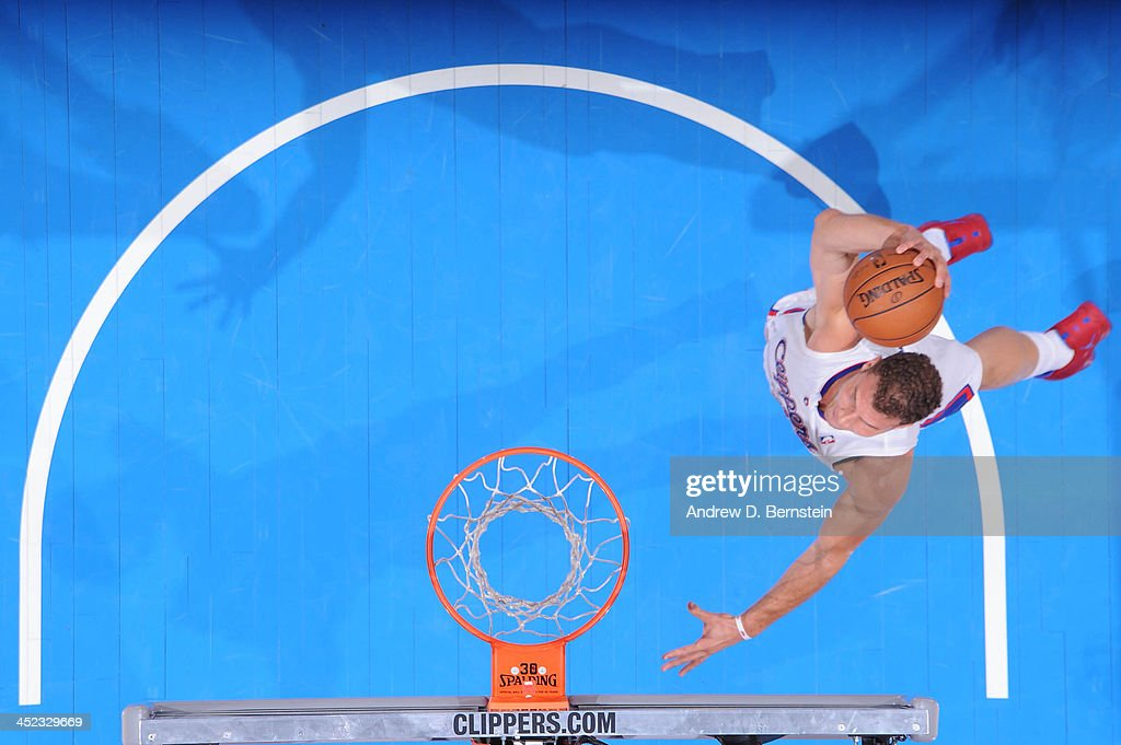 Blake Griffin #32 of the Los Angeles Clippers goes up for a dunk against the New York Knicks at Staples Center on November 27, 2013 in Los Angeles, California.