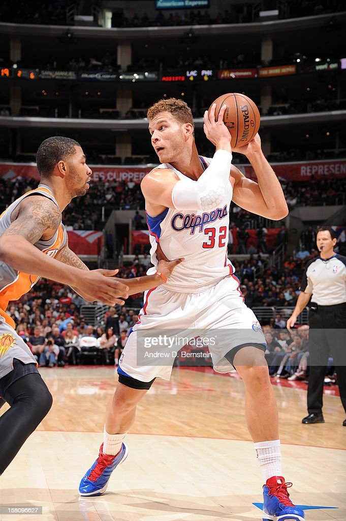 <a gi-track='captionPersonalityLinkClicked' href=/galleries/search?phrase=Blake+Griffin+-+Joueur+de+basketball&family=editorial&specificpeople=4216010 ng-click='$event.stopPropagation()'>Blake Griffin</a> #32 of the Los Angeles Clippers handles the ball against <a gi-track='captionPersonalityLinkClicked' href=/galleries/search?phrase=Markieff+Morris&family=editorial&specificpeople=5293881 ng-click='$event.stopPropagation()'>Markieff Morris</a> #11 of the Phoenix Suns at Staples Center on December 8, 2012 in Los Angeles, California.