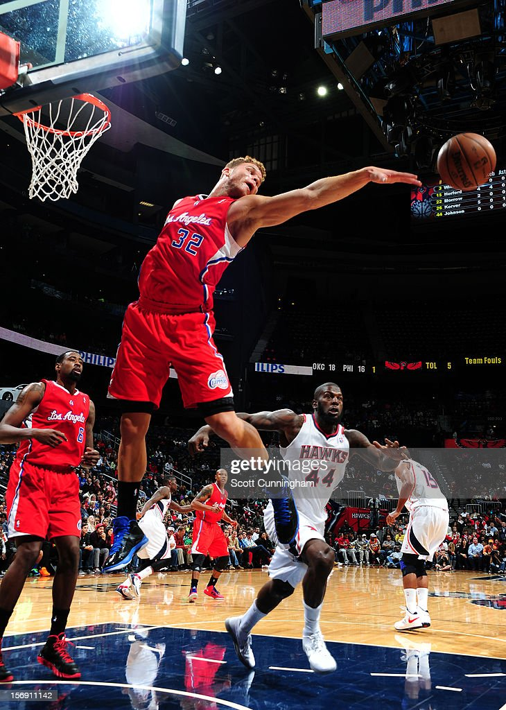 Blake Griffin #32 of the Los Angeles Clippers kicks the ball out vs the Atlanta Hawks at Philips Arena on November 24, 2012 in Atlanta, Georgia.