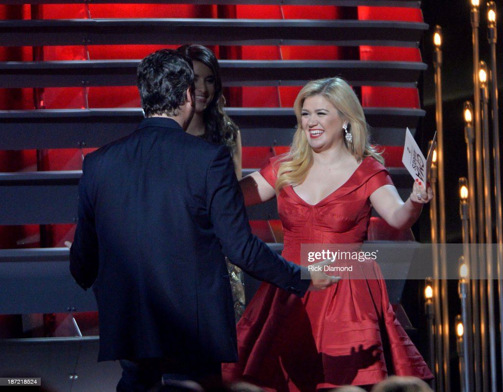 Blake Shelton and Kelly Clarkson meet onstage during the 47th annual CMA Awards at the Bridgestone Arena on November 6, 2013 in Nashville, Tennessee.