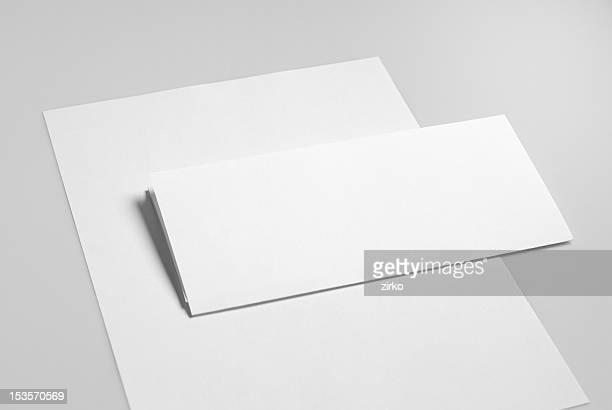 Solución blanco básica artículos de papelería. Papel con membrete plano y doblar.