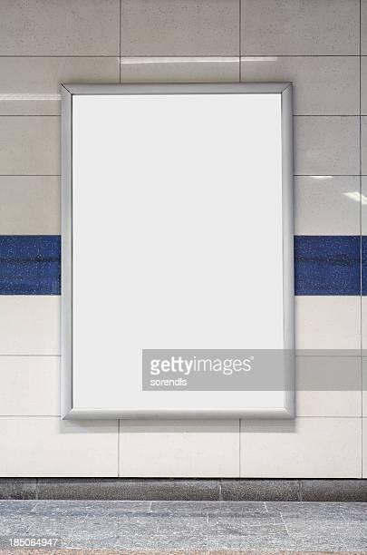 Blank billboard in einer U-Bahn-Haltestelle wall.