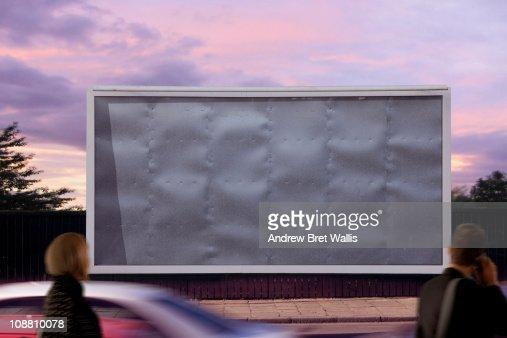 blank billboard with passing pedestrians : Foto de stock