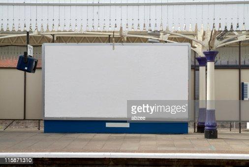 british Cartelera en blanco en la estación de tren