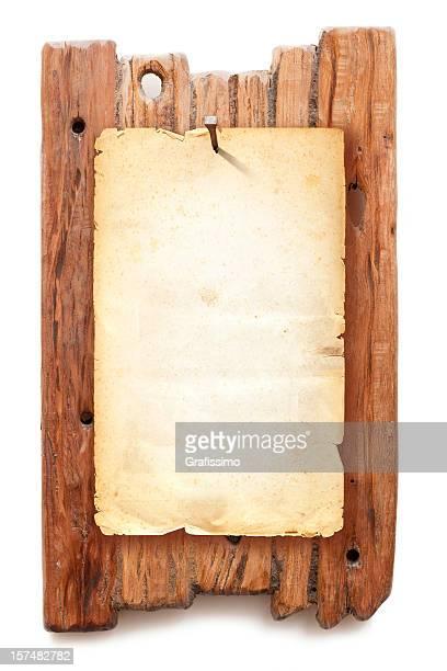 Brun vierge voulait poster fixes avec manucure sur fond en bois
