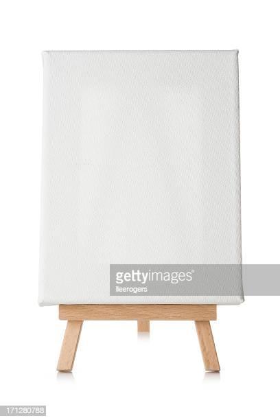 Chevalet en bois avec toile blanche sur fond blanc