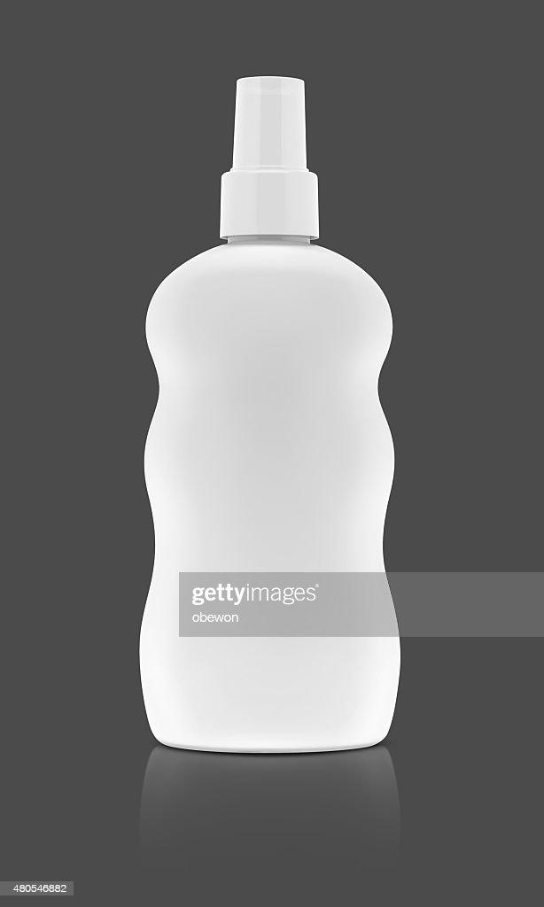 Weiße kosmetische Sprühflasche, isoliert auf grauem Hintergrund. : Stock-Foto