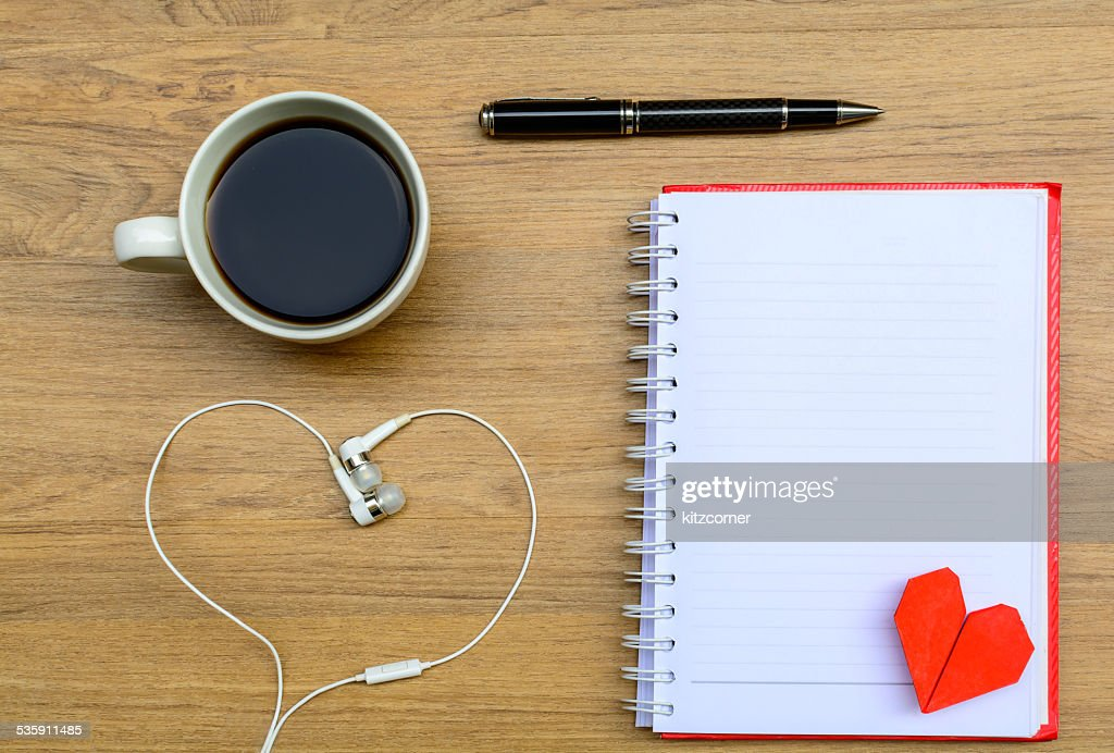 Cuaderno de notas en blanco con café : Foto de stock
