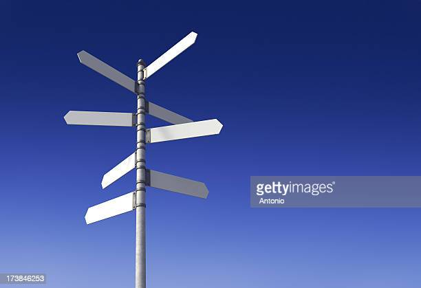 Branco poste de sinalização com