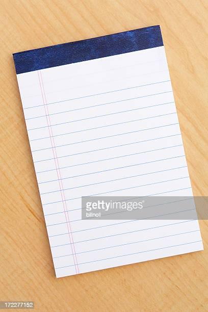 空白の白い明るい木製デスクで notepad (メモ