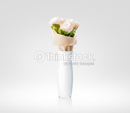 Vuoto Bianco E Vaso Con Mazzo Di Fiori Di Disegno Mockup Tracciato