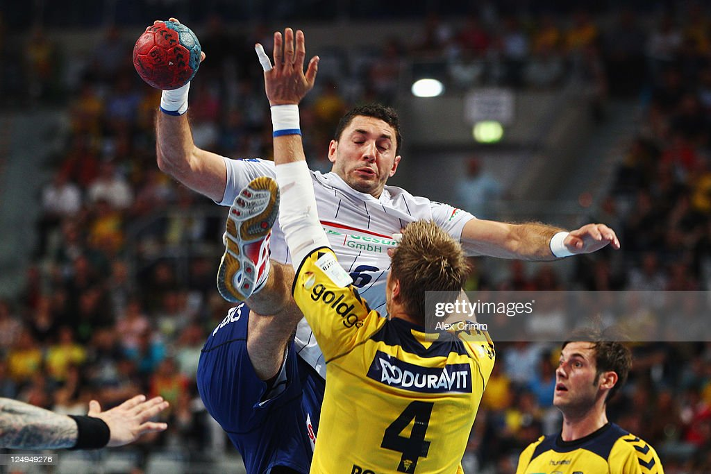 <a gi-track='captionPersonalityLinkClicked' href=/galleries/search?phrase=Blazenko+Lackovic&family=editorial&specificpeople=663011 ng-click='$event.stopPropagation()'>Blazenko Lackovic</a> (back) of Hamburg is challenged by <a gi-track='captionPersonalityLinkClicked' href=/galleries/search?phrase=Oliver+Roggisch&family=editorial&specificpeople=577212 ng-click='$event.stopPropagation()'>Oliver Roggisch</a> of Rhein Neckar Loewen during the Toyota Handball Bundesliga match between Rhein Neckar Loewen and HSV Hamburg at SAP Arena on September 14, 2011 in Mannheim, Germany.