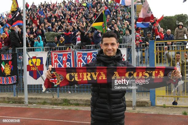 Blerim Dzemaili of Bologna Fc greets fans prior the Serie A match between Empoli FC and Bologna FC at Stadio Carlo Castellani on May 7 2017 in Empoli...