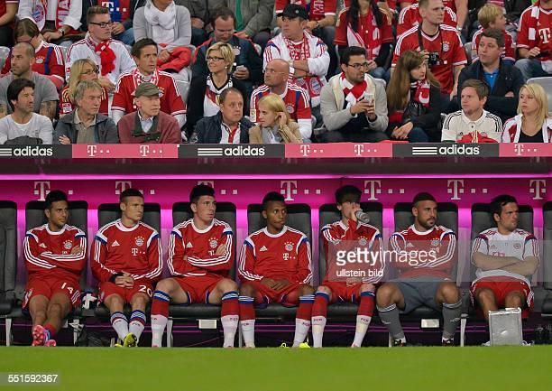 Blick auf die Bayernbank LR Claudio Pizarro Sebastian Rode PierreEmile Hojbjerg Julian Green Lucas Scholl Torwart Pepe Reina und Torwarttrainer Toni...