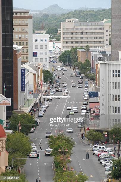 Blick auf die 'Independence Road' Windhoek Hauptstadt von Namibia Afrika ProdNr 109/2006 Hauptstrasse Strasse Hochhäuser Gebäude Autos Palmen Reise