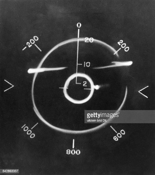 Blick auf einen Radarschirm einerRadarstation der USLuftwaffe am Randdes inneren Zielkreises bewegt sich eingegnerisches Flugzeug 1958
